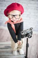 criança brinca com o fotógrafo foto