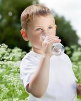 criança bebendo água pura
