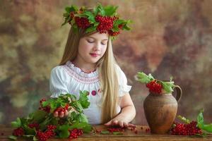 criança adorabel em grinalda natural foto