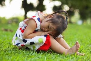 criança relaxante no parque.