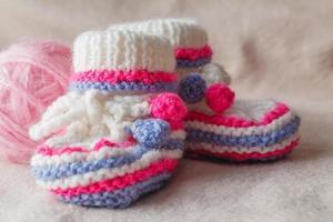 sapatinhos de criança em fundo macio de feltro