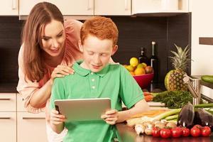 mãe e filho na cozinha foto