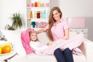 mãe com criança doente em casa foto