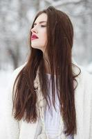 menina bonita na paisagem de inverno foto