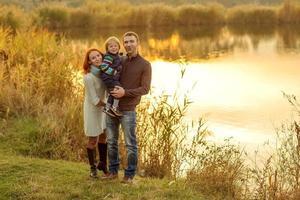 pais jovens atraentes e retrato de criança