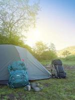 mochilas estão perto da tenda. foto