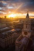 pôr do sol urbano foto