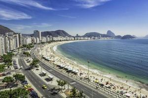 panorama da praia de copacabana de alto ângulo no rio de janeiro foto