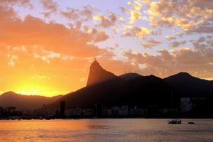 pôr do sol em cristo redentor foto