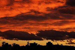 pôr do sol dramático foto