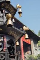 queimador de incenso de forma de torre em um templo foto