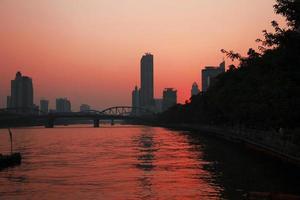 pôr do sol sobre o rio das pérolas. noite de verão em guangzhou foto