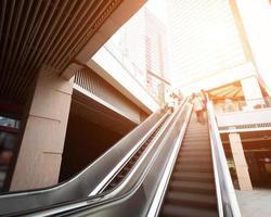 escada rolante com passageiros motion blur foto