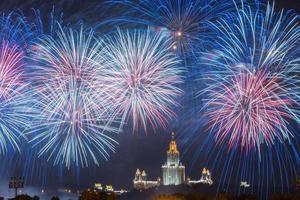 fogo de artifício. fogos de artifício. Universidade Estadual de Moscou. Moscou foto