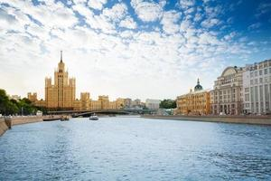 aterro de kotelnicheskaya no rio de Moscou foto