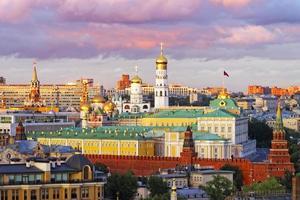 vista do kremlin de Moscou com céu tempestuoso foto