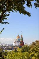 torre vodovzvodnaya e catedral de cristo salvador em Moscou foto