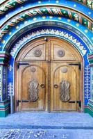 Moscou, Rússia. porta no antigo estilo russo