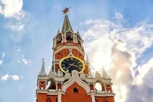 a famosa torre spasskaya de moscou kremlin foto