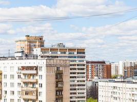 casas urbanas de muitos andares na primavera foto