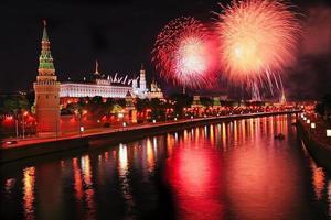 fogos de artifício sobre o kremlin no meio da noite foto