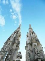 detalhes do duomo de Milão e pináculos com estátuas no topo. foto