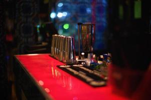 balcão vermelho em um bar foto