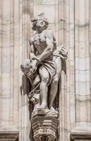 monumentos na fachada da catedral de Milão foto