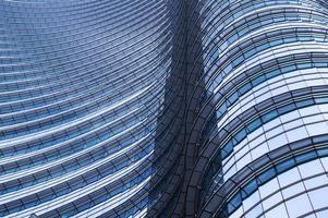 a imagem de um prédio de escritórios moderno foto