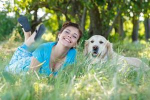 garota atraente com cachorro foto