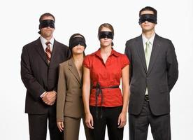 pessoas de negócios de olhos vendados foto