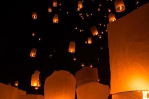 lâmpada flutuante de pessoas tailandesas foto
