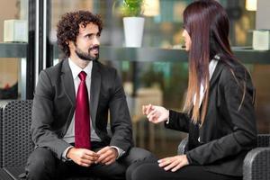 casal de empresários falando foto