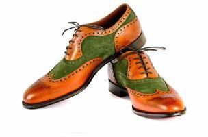 sapatos de vestido estilo espectador masculino isolados