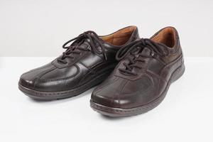 marrom escuro sapatos masculinos foto