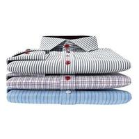 pilha de camisas masculinas clássicas, vista frontal foto
