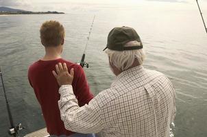 pai e filho pescando foto