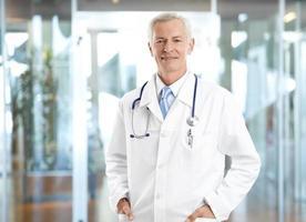 médico sênior confiante