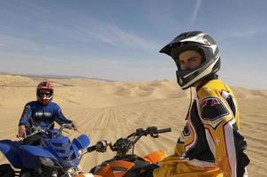 homem andando de moto no deserto foto