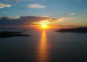 pôr do sol em santorini foto
