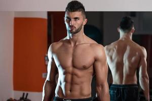 homens musculosos foto