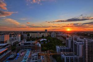 pôr do sol sobre varsóvia foto