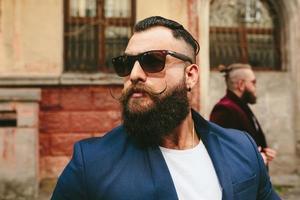 dois homens barbudos elegantes