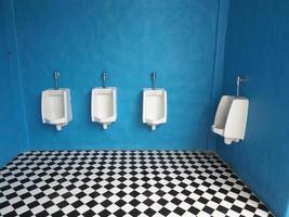 mictórios brancos no banheiro masculino