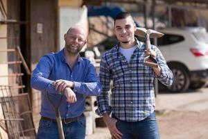 dois agricultores masculinos no curral foto
