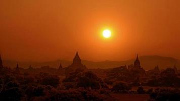 Bagan no pôr do sol. foto