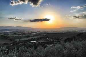 pôr do sol na Toscana foto