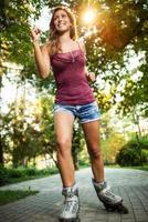 jovem skatista feminina foto