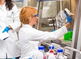 cientistas reais do sexo feminino pesquisando foto