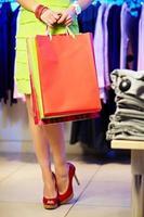 fêmea com sacos de papel foto